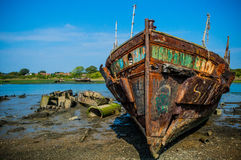 Rusty Ship en cielo azul Foto de archivo libre de regalías