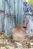Rusty Shovel Head Beside Old staket arkivfoto