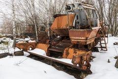 Rusty Thresher i snö Tjernobyl arkivbild