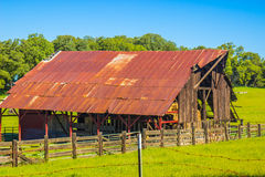 Rusty Tin Roof Barn idoso Imagens de Stock