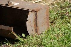 Rusty Toolbox nell'erba Immagine Stock