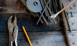 Rusty Tools auf altem Werktisch Stockbild