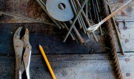Rusty Tools na bancada velha Imagem de Stock
