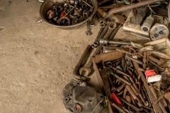 Rusty Tools på Dirty det konkreta golvet - Rusty Toolbox - smutsiga skiftnyckelskruvnycklar - metallbunke av muttrar - och - bult arkivbilder