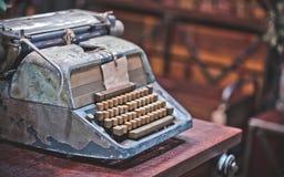 Rusty Typewriter On Desk antigo imagem de stock