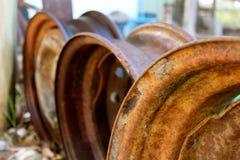 Rusty Tyre Rims in giardino Immagine Stock