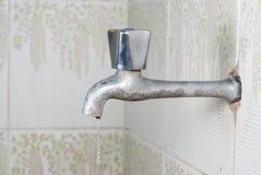 Rusty Water Tap mit Wasser-Tropfen Stockbild