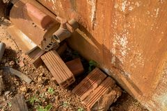 Rusty Water Turbine Generator e vecchia valvola d'annata del PVC con la conduttura di plastica - struttura ammuffita del muro di  immagine stock libera da diritti