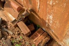 Rusty Water Turbine Generator en Uitstekende Oude pvc-Klep met Plastic Pijpleiding - Beschimmelde Concrete Muurtextuur - Vuile Ba royalty-vrije stock afbeelding