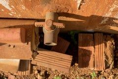 Rusty Water Turbine Generator en Uitstekende Oude pvc-Klep met Plastic Pijpleiding - Beschimmelde Concrete Muurtextuur - Vuile Ba stock foto's
