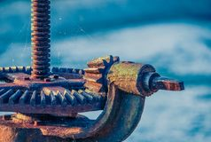 Rusty Wheel And Gear de la válvula de esclusa del hierro Imágenes de archivo libres de regalías