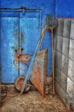 Rusty Wheelbarrow am Ende lizenzfreie stockbilder