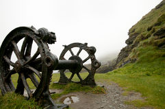 Rusty Wheels - costa di Tintagel - l'Inghilterra Immagine Stock