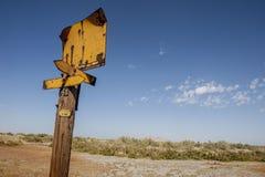 Rusty Yellow Street tecken, Slat sjöstad arkivfoton