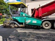 Ruszać się asfaltujący maszynerię na pracy zakończeniu up strzelał Zdjęcia Stock