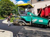 Ruszać się asfaltujący maszynerię na pracy zakończeniu up strzelał Obraz Royalty Free