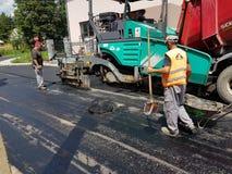 Ruszać się asfaltujący maszynerię na pracy zakończeniu up strzelał Zdjęcie Royalty Free