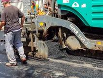 Ruszać się asfaltujący maszynerię na pracy zakończeniu up strzelał Obrazy Stock