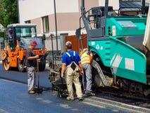 Ruszać się asfaltujący maszynerię na pracy zakończeniu up strzelał Obraz Stock