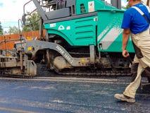 Ruszać się asfaltujący maszynerię na pracy zakończeniu up strzelał Fotografia Royalty Free