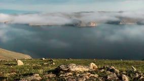 Ruszać się chmurnieje nad jeziorny Baikal zdjęcie wideo