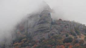 Ruszać się Chmurnieje Nad pasmem górskim strzał Niewygładzony, skaliści halny szczyt, okrywający w gęstej mgle i chmurze zbiory wideo
