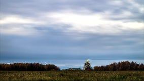 Ruszać się chmury i Ortodoksalnego kościół w Środkowym Rosja zdjęcie wideo