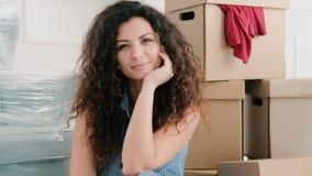 Ruszać się domowej szczęśliwej młodej damy nowego mieszkanie zbiory