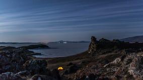 Ruszać się gwiazdy nad namiot przy nighttime upływem zbiory wideo