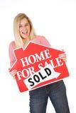 Ruszać się: Kobieta Excited Sprzedawać dom Obraz Stock