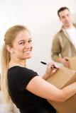 Ruszać się: Kobiety Writing Z piórem na wysyłki pudełku Zdjęcie Royalty Free