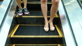 Ruszać się kroki eskalator Ludzie ruszają się na eskalatorze, zwolnione tempo zdjęcie wideo