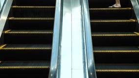 Ruszać się kroki eskalator Ludzie ruszają się na eskalatorze, zwolnione tempo zbiory
