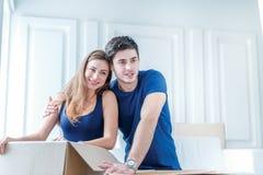 Ruszać się nowy życie Dziewczyna i faceta mienia pudełka dla ruszać się Fotografia Stock