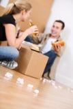 Ruszać się: Para Bierze przerwę Od kocowania Z kanapkami Obrazy Stock