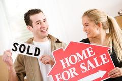 Ruszać się: Para Excited Sprzedawać Do domu Obrazy Royalty Free