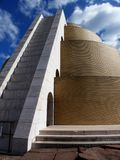 Ruszać się po spirali cegły wierza Przeciw niebieskiemu niebu obrazy stock