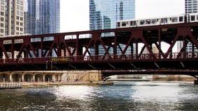 Ruszać się podwyższonego el pociąg, część Chicagowski ` s ikonowy system transportowy, przechodzi nad Chicagowską rzeką Zdjęcie Stock