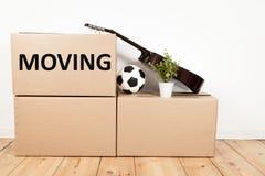 Ruszać się pudełka w pokoju zdjęcie stock