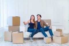 Ruszający się, naprawy, nowi klucze mieszkanie Pary dziewczyna i Zdjęcia Stock