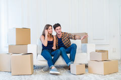 Ruszający się, naprawy, nowy życie Para w miłości cieszy się nowego mieszkanie Zdjęcia Royalty Free
