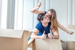 Ruszający się, naprawy, nowy życie Para w miłości cieszy się nowego mieszkanie Zdjęcia Stock