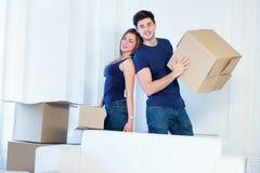 Ruszający się, naprawy, nowy życie Para w miłości cieszy się nowego mieszkanie Fotografia Stock