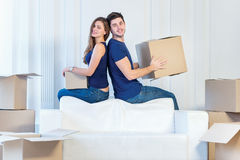 Ruszający się, naprawy, nowy mieszkanie Kochający pary mienia pudełko w h Fotografia Stock