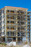 Rusztować na Plażowej mieszkanie własnościowe budowie zdjęcie stock