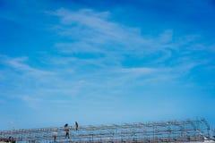 rusztowania pracy pracowników budownictwa Niebieskie niebo w tle Zdjęcia Royalty Free
