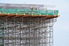 Rusztowanie używać wspierać platformę dla pracowników budowlanych pracować Zdjęcie Stock