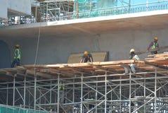 Rusztowanie używać wspierać platformę dla pracowników budowlanych pracować Obrazy Royalty Free