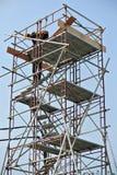 Rusztowanie używać wspierać platformy lub formy pracę dla pracowników budowlanych pracować Zdjęcie Royalty Free