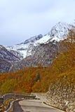 Ruta al paso de Monte Croce Carnico, montan@as, Italia Imágenes de archivo libres de regalías